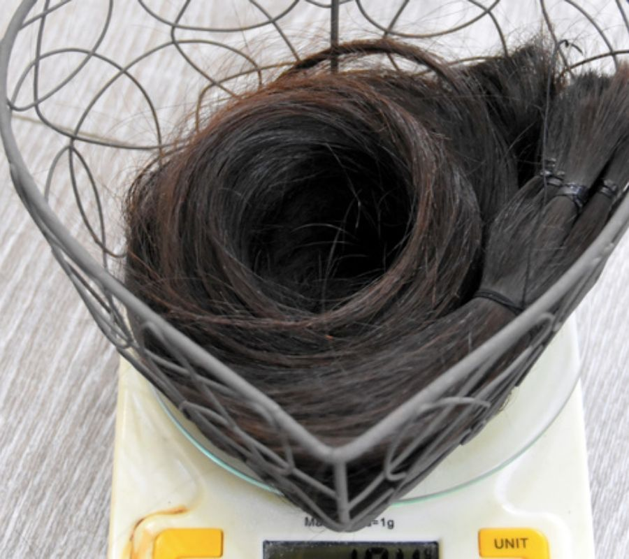 How much her hair weight ?