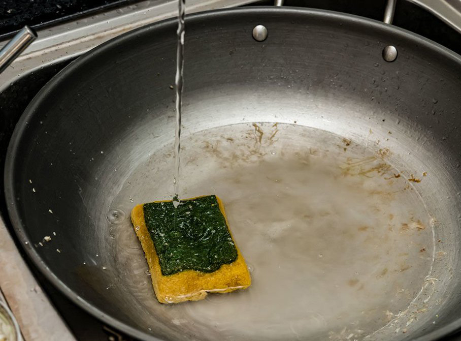 Sink cleans a dirty kitchen sponge of microbial bacteria
