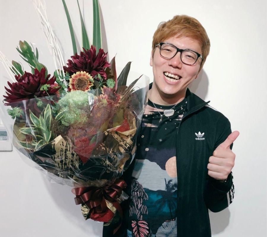 hikakin smile with flower