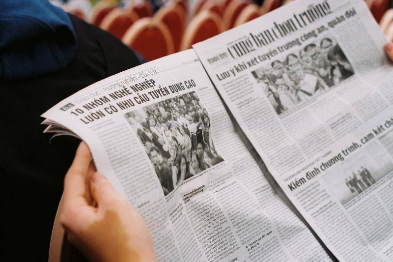 reading news