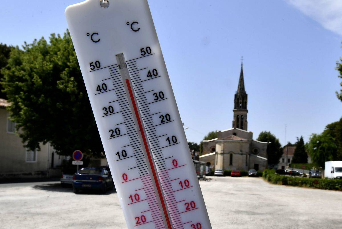 A mercury thermometer shows the temperature outside in Berlin.