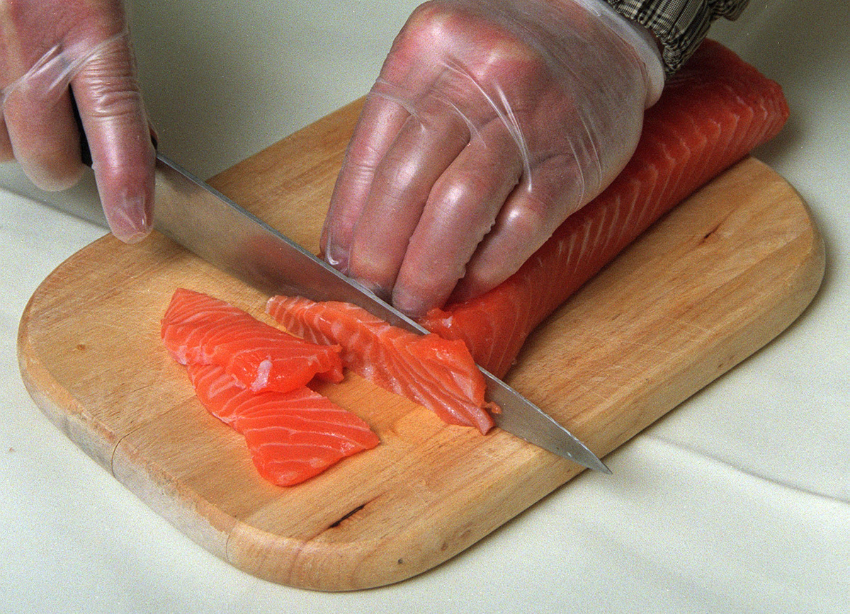 Chef So Kwai-fung demonstrates how to cook his fresh salmon.